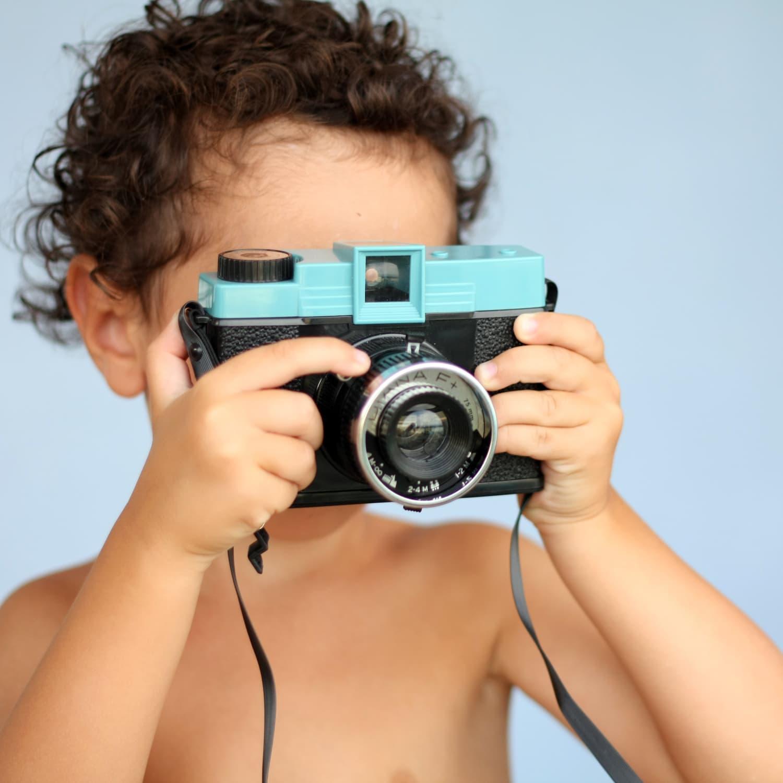 fotografía un niño con una cámara lomográfica