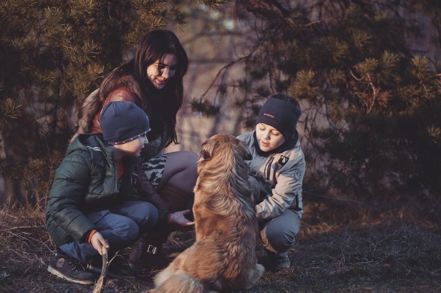 fotografía de una familia con su perro