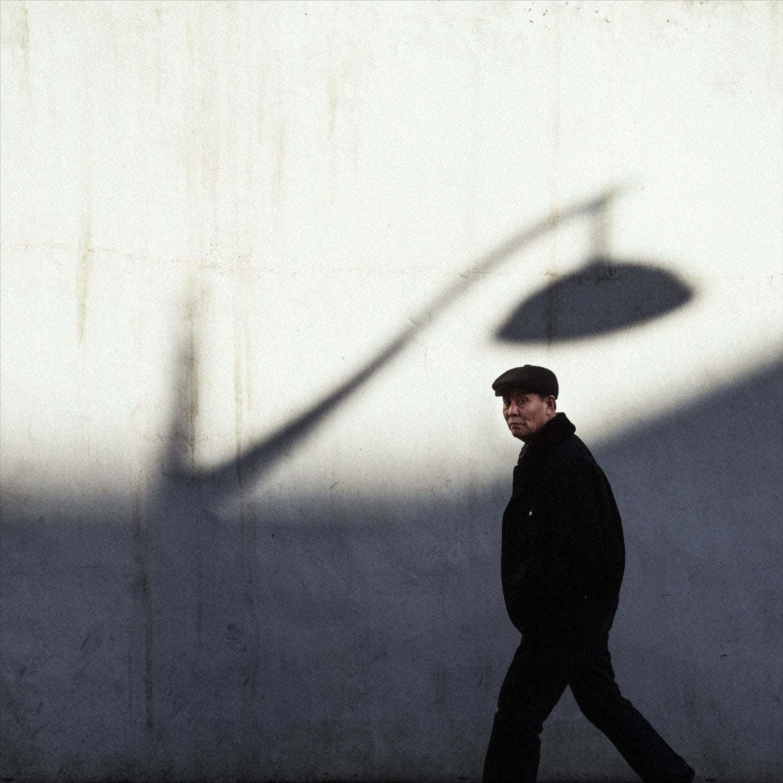 fotografía callejera hombre asiático caminando