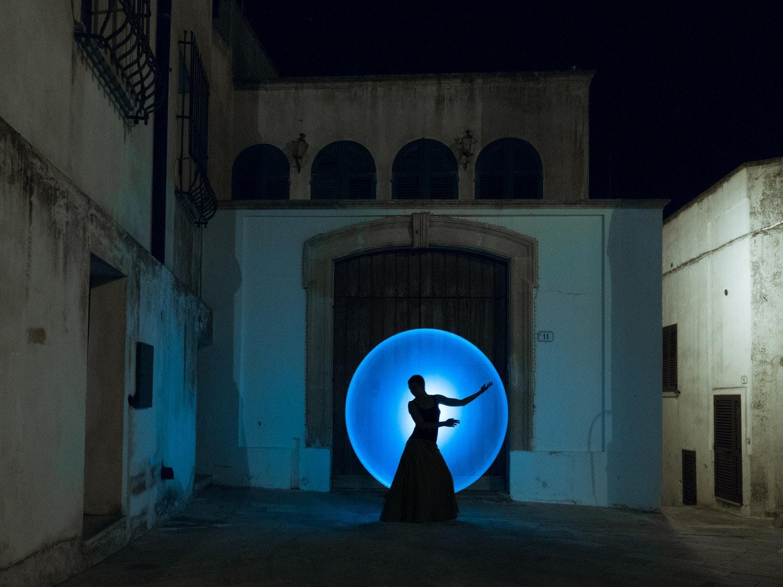 fotografía nocturna de una bailarina