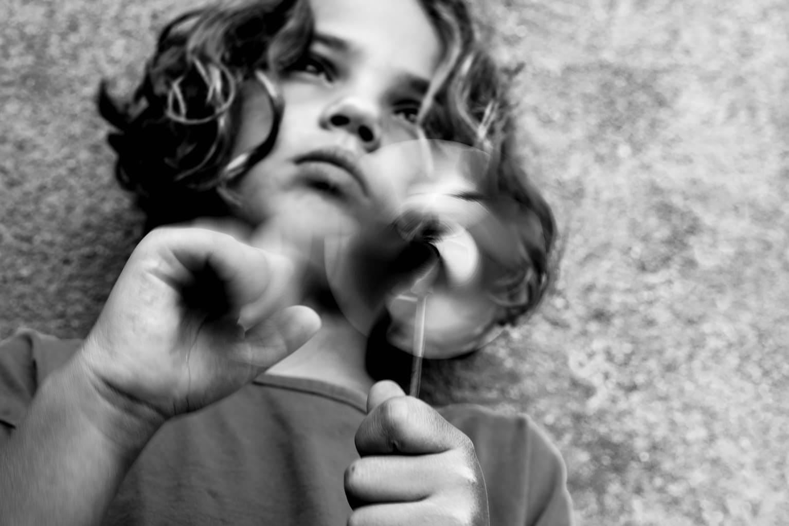 Foto de niña haciendo girar un molino