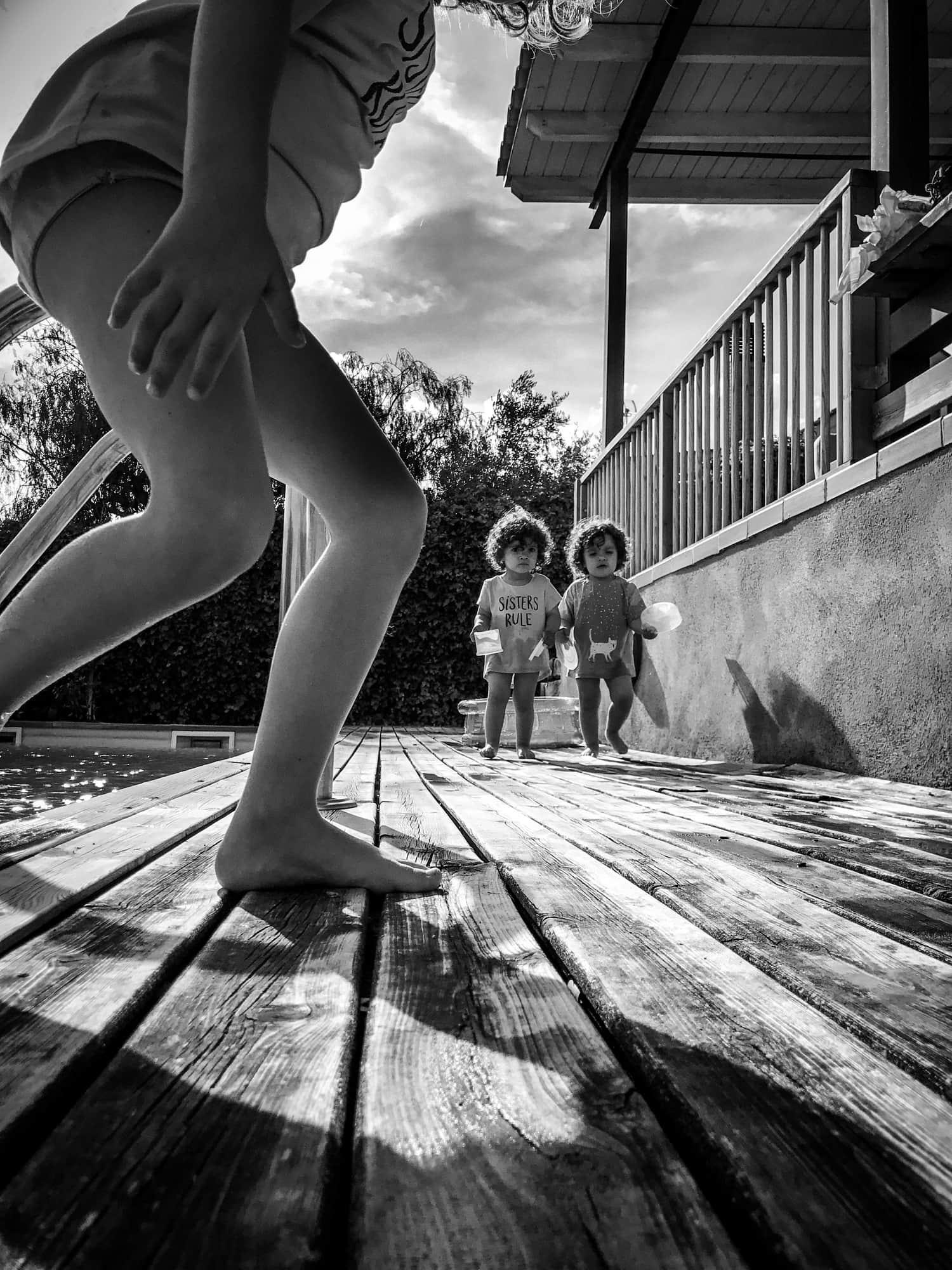 fotografía niños jugando en una piscina