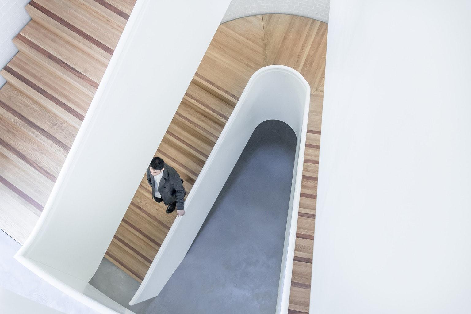 fotografía móvil hombre bajando escaleras