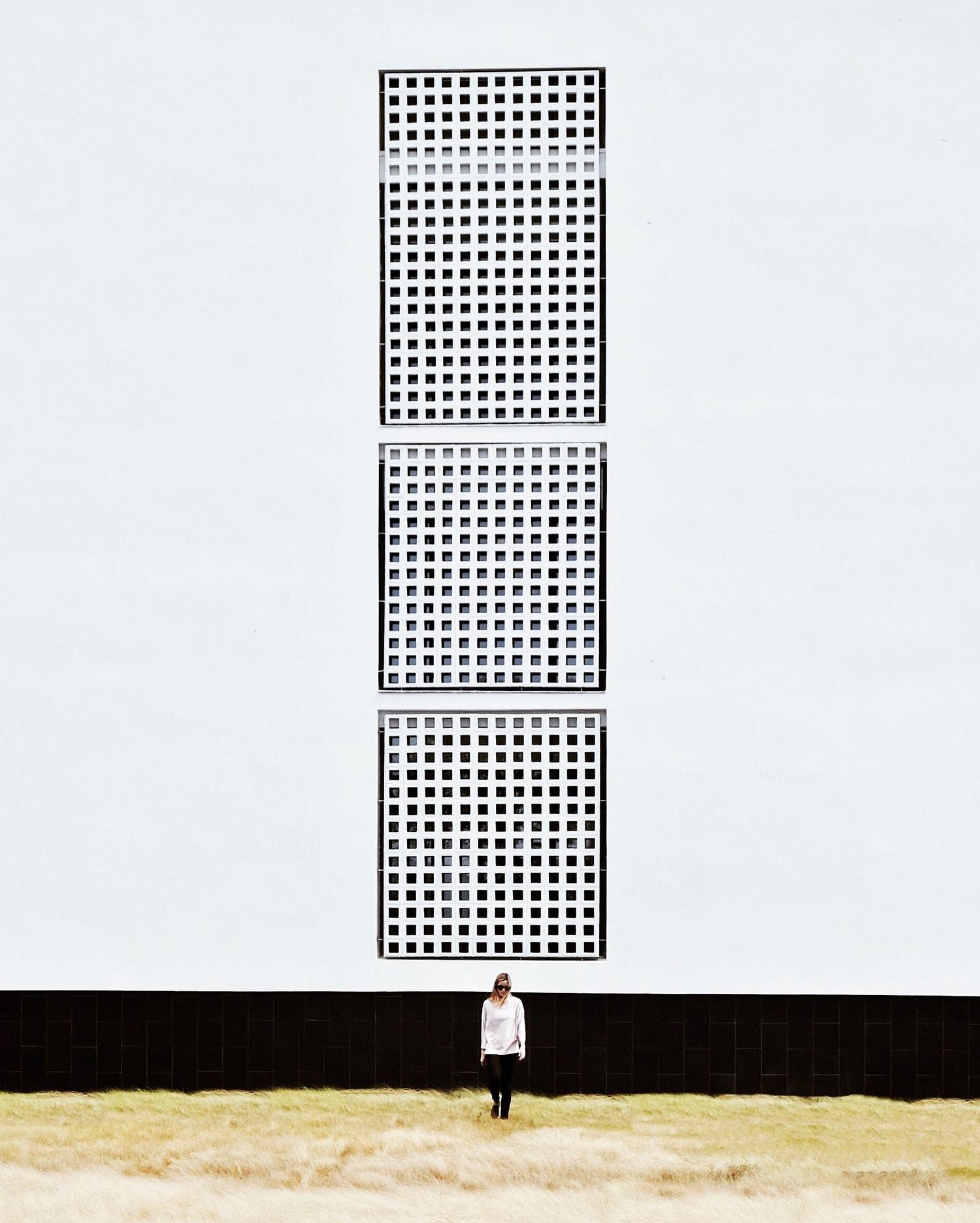 fotografía arquitectura mujer y edificio