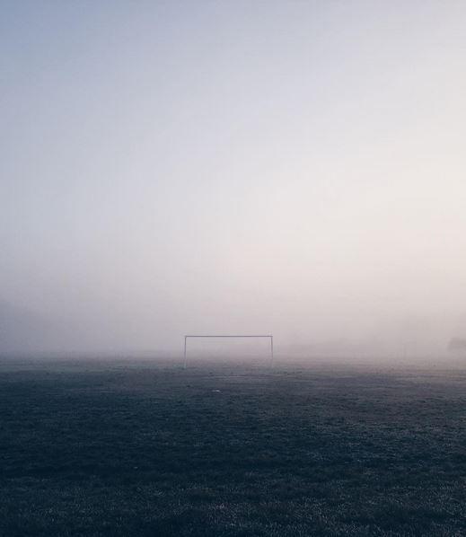 fotografía de una meta de fútbol entre niebla