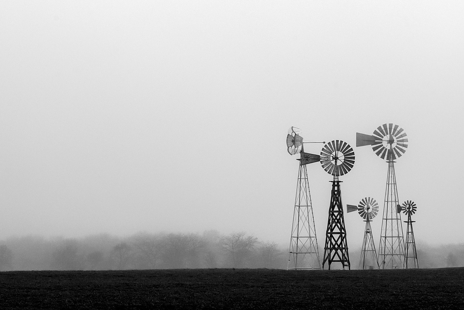 fotografía móvil molinos en blanco y negro