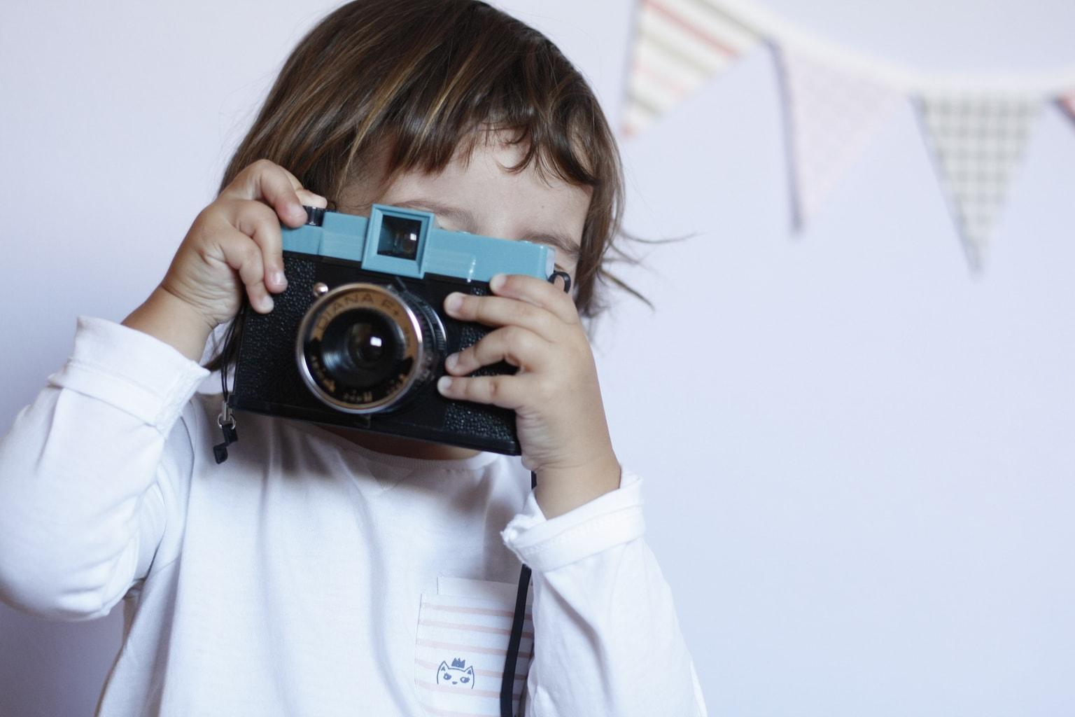 Foto de niña con cámara