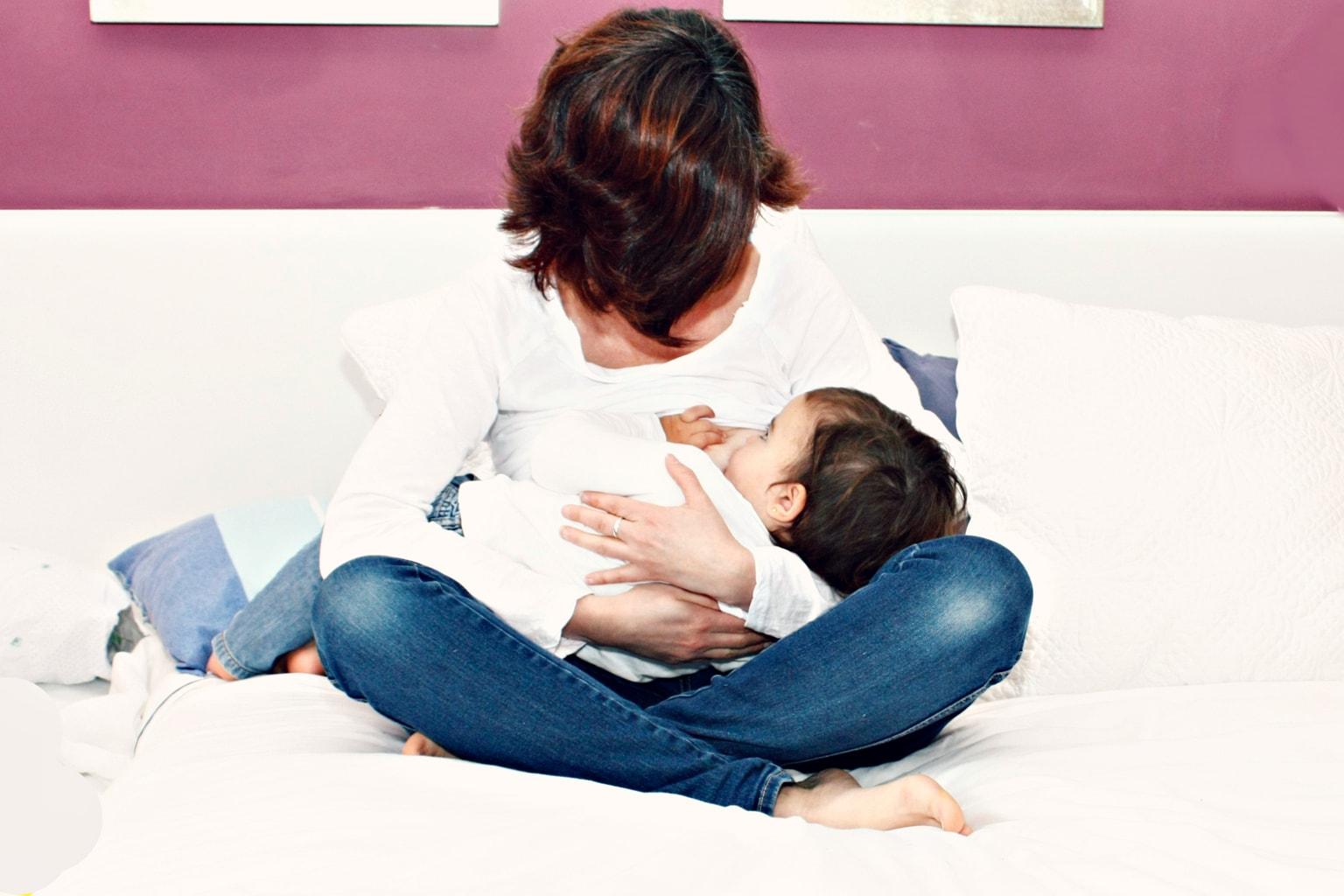 Foto de una mamá con su niña en brazos
