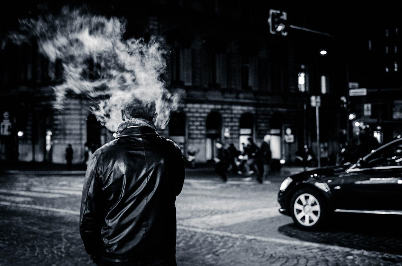 Fotografía de um hombre fumando