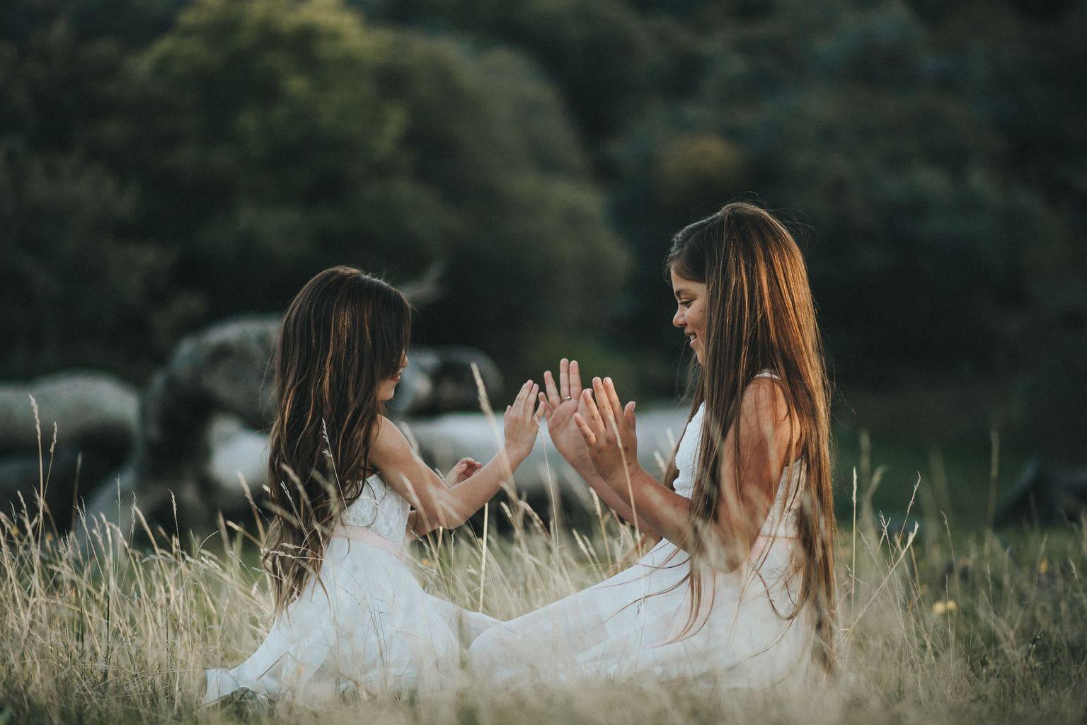 Foto de dos niñas jugando en la naturaleza