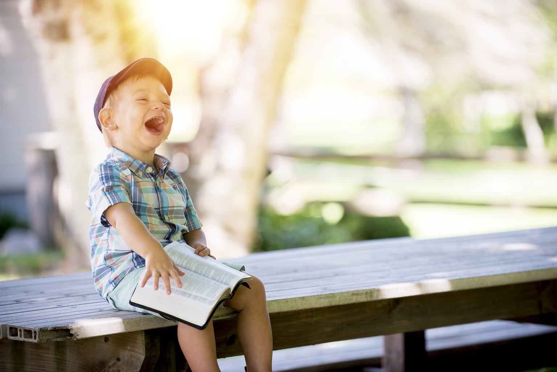 Foto de niño riéndose