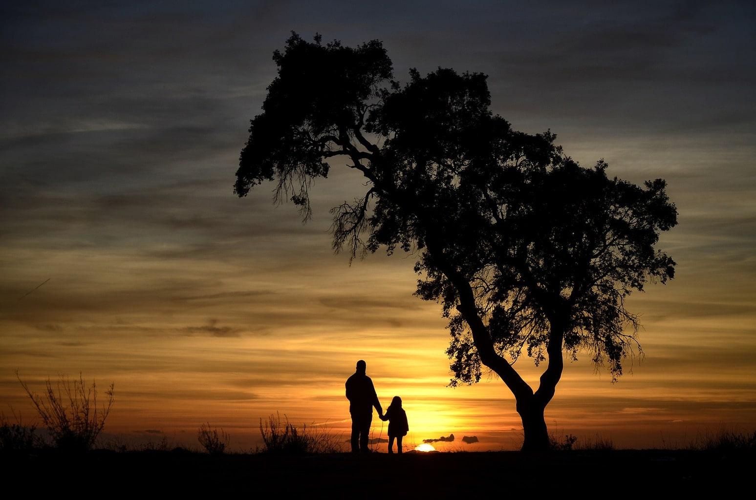 Fotografía siluetas de un hombre con una niña