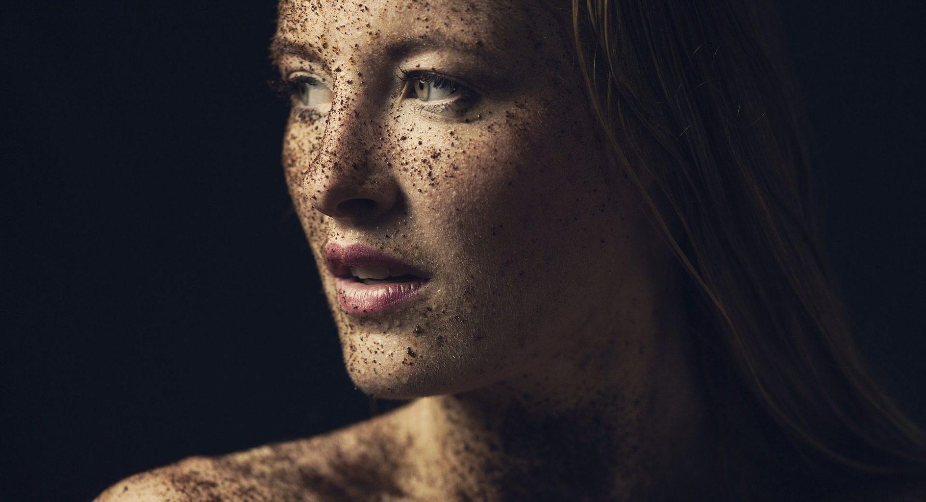 Retrato de una mujer con barro