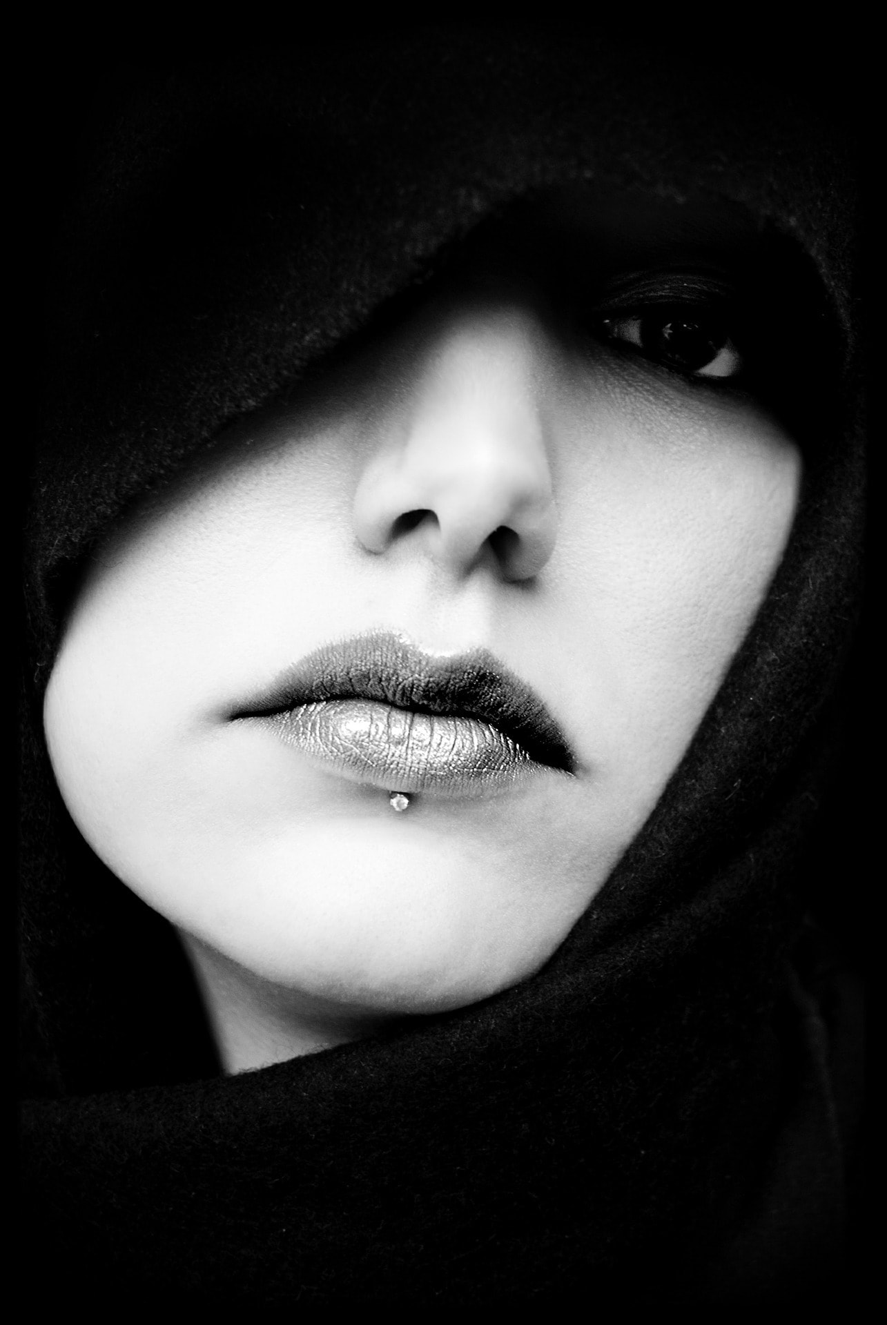 Retrato enfocando en los labios de una mujer
