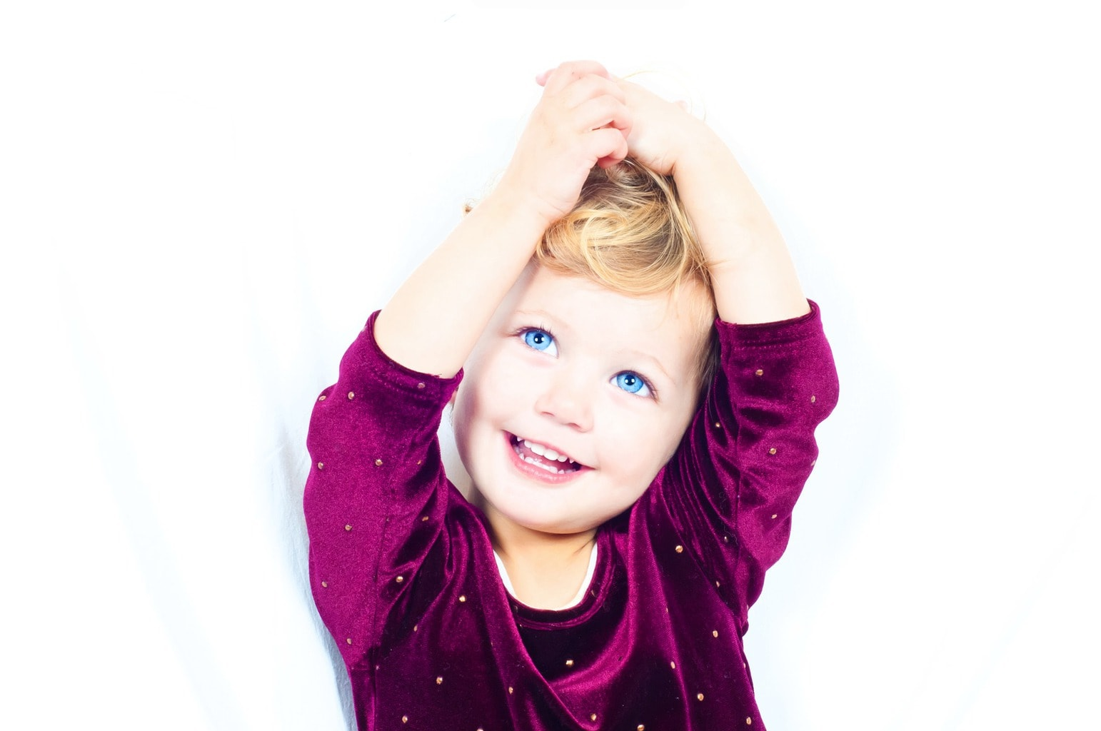 Retrato de una niña con ojos azules