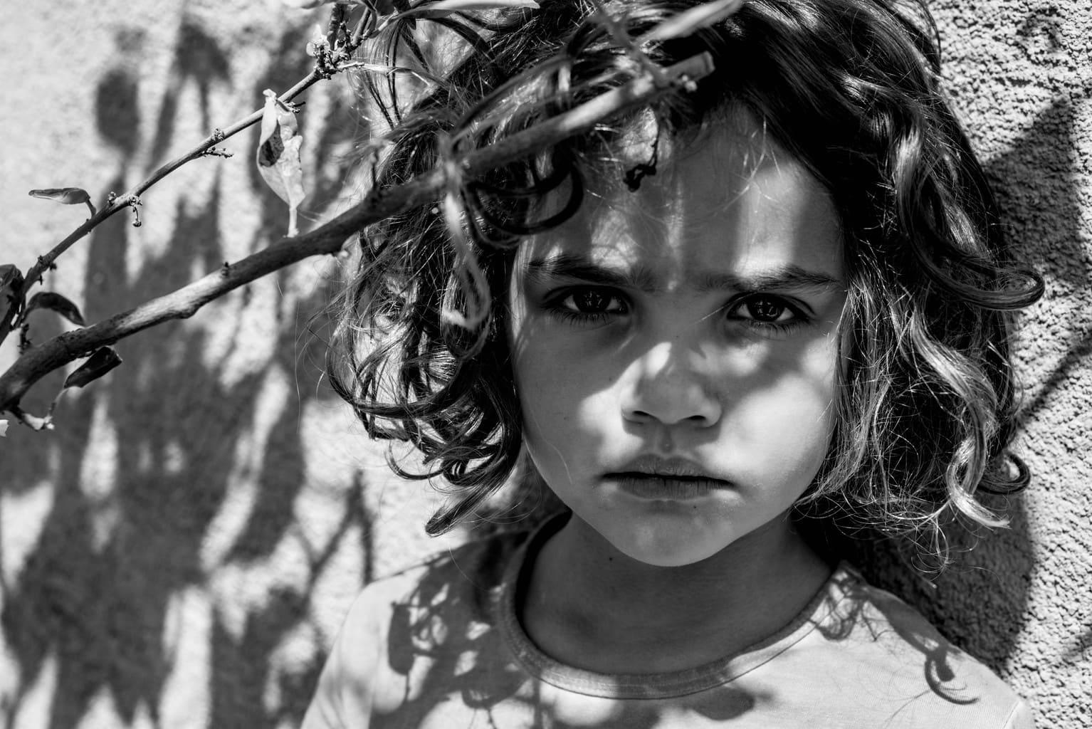 retrato en blanco y negro de una niña