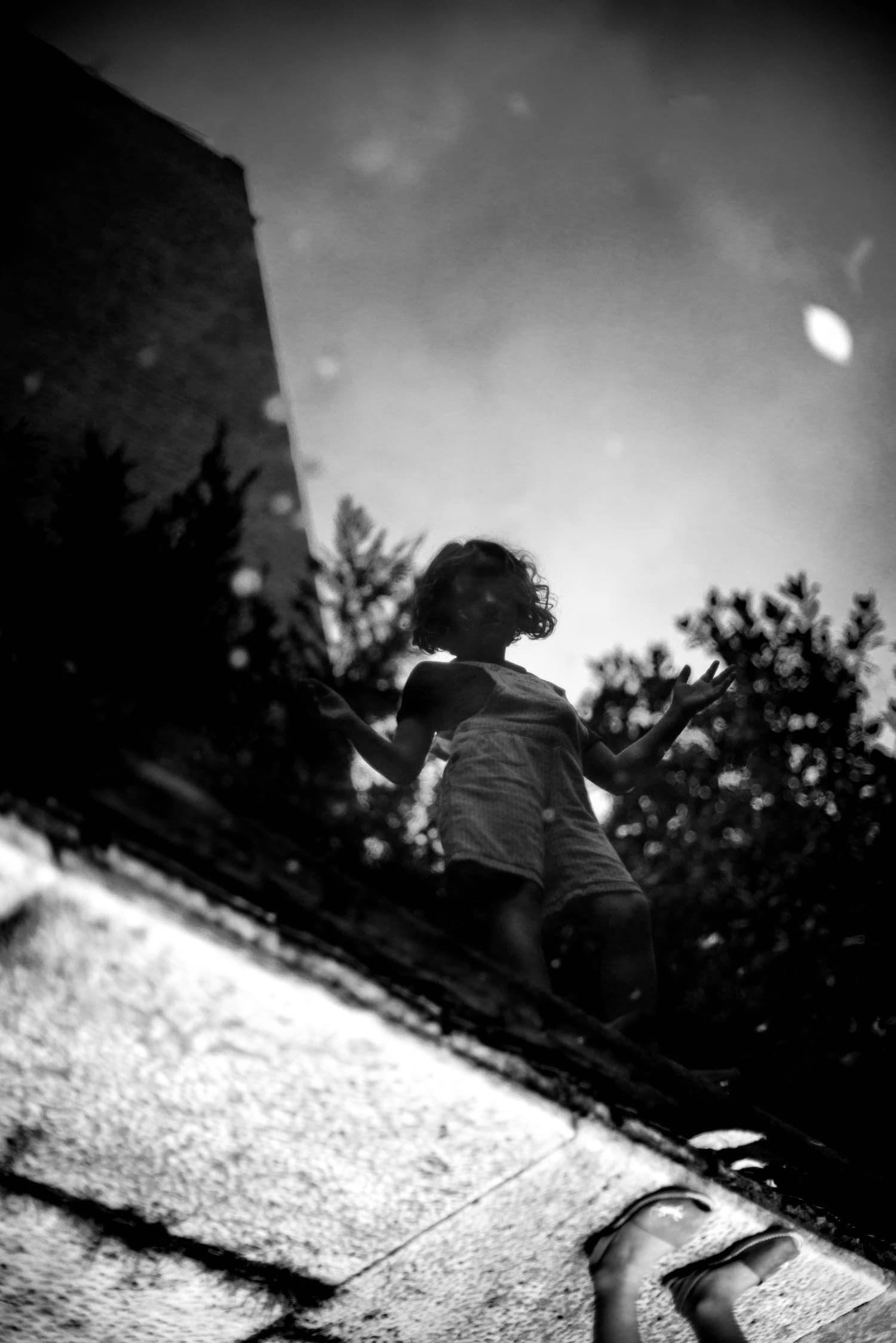 fotografía reflejo de una niña en blanco y negro