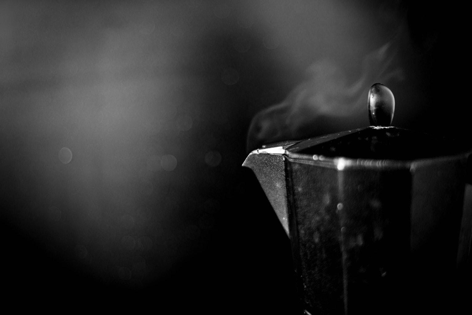 fotografía de una cafetera en blanco y negro