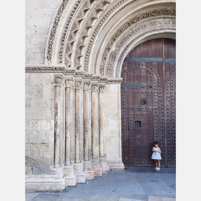 fotografía de una niña en una puerta