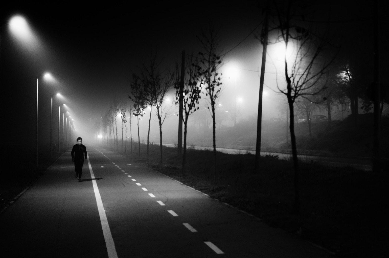 fotografía en blanco y negro de un hombre corriendo