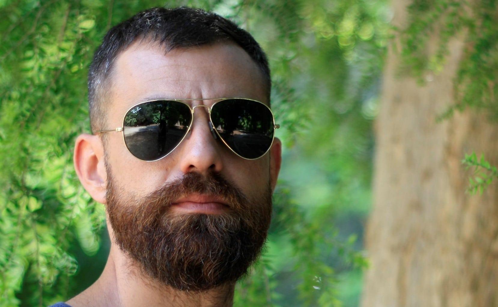 Retrato de un hombre con gafas de sol