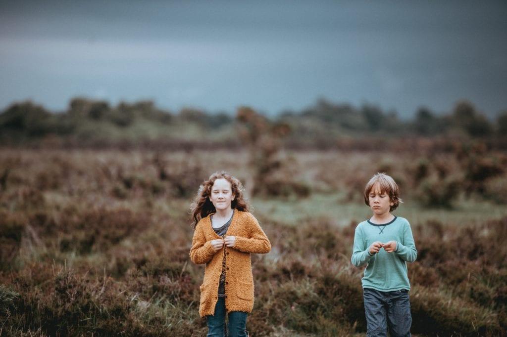 Niños en el campo, ejemplo de foto recortada por extremidades