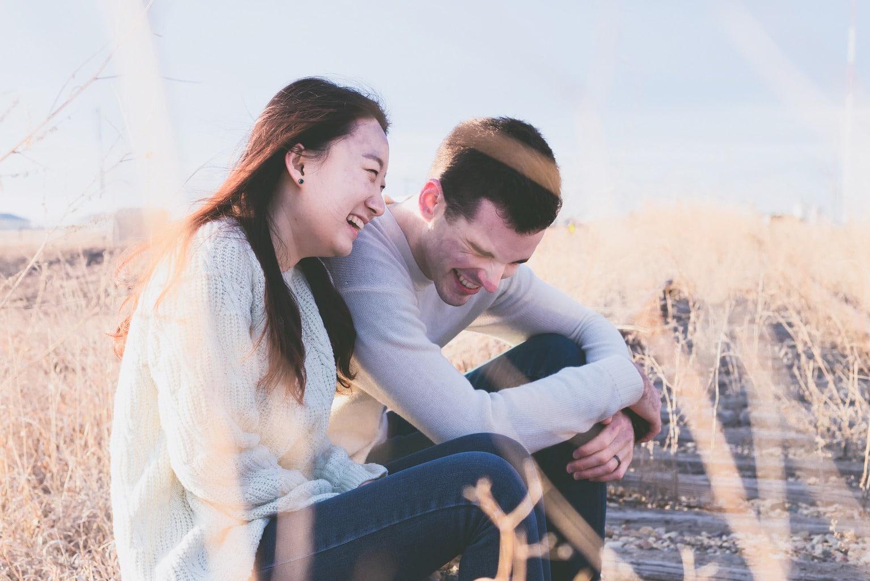 fotografía de una pareja en el campo