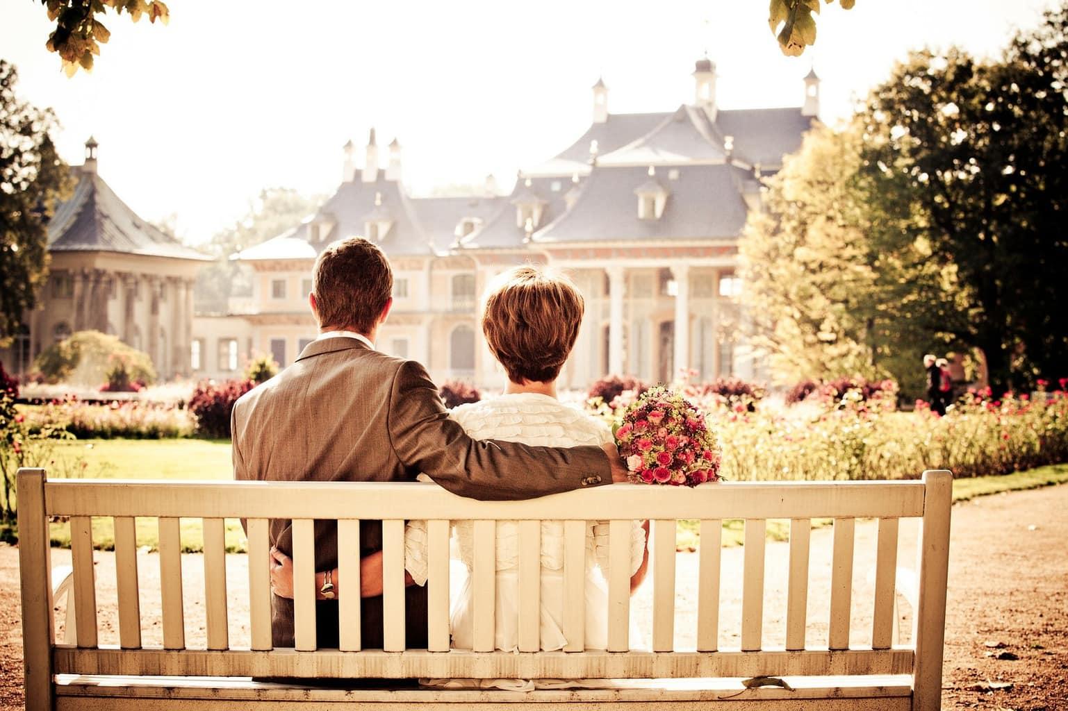 fotografía de una pareja sentados en un banco