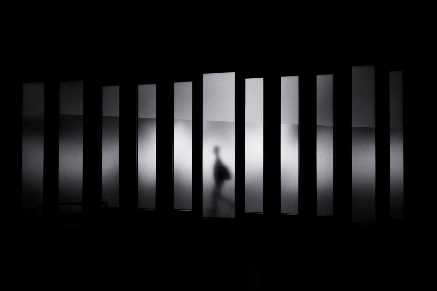 fotografía blanco y negro un hombre caminando