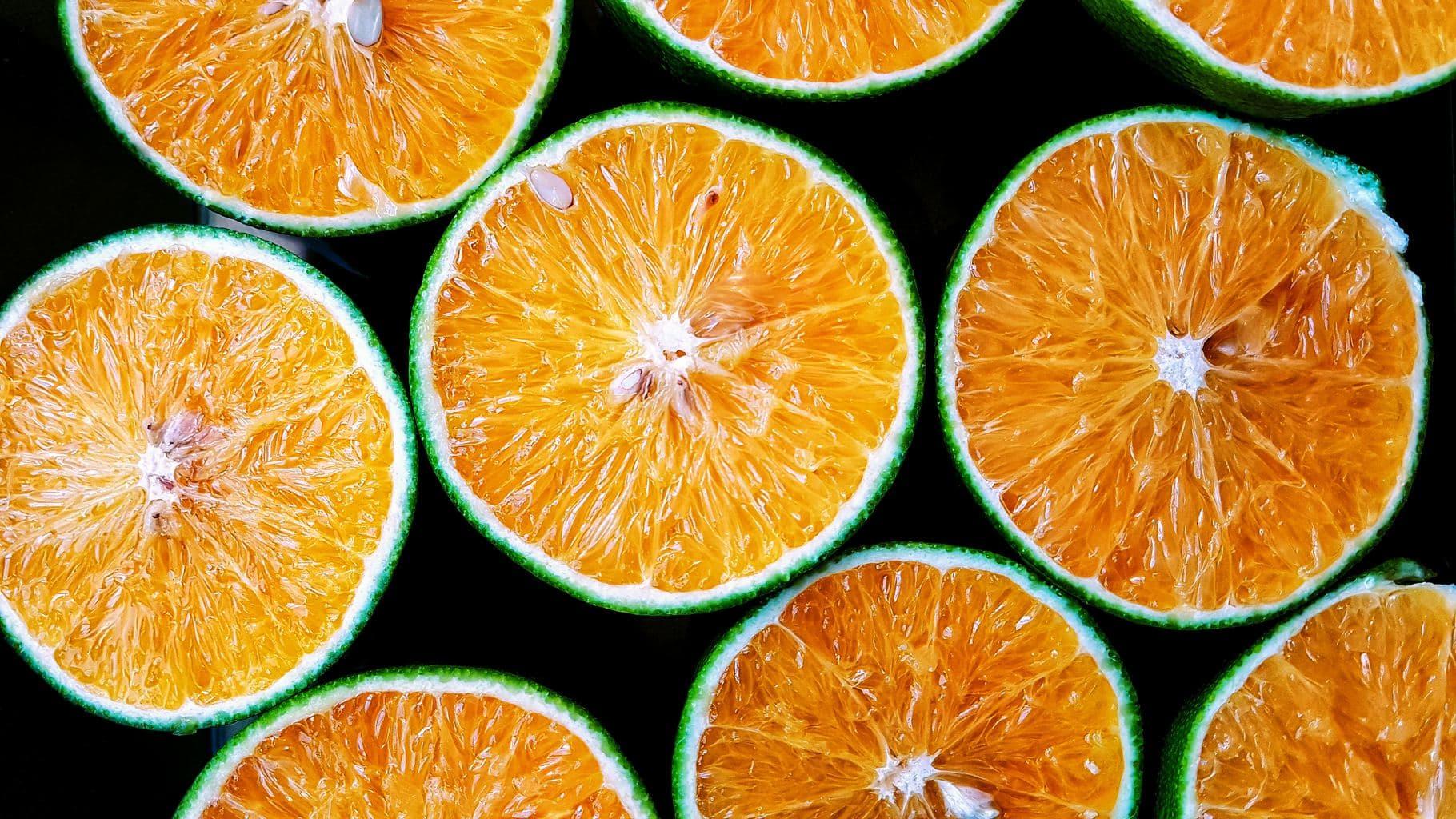 fotografía de naranjas cortadas