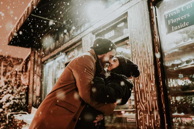fotografía de una pareja bajo la nieve