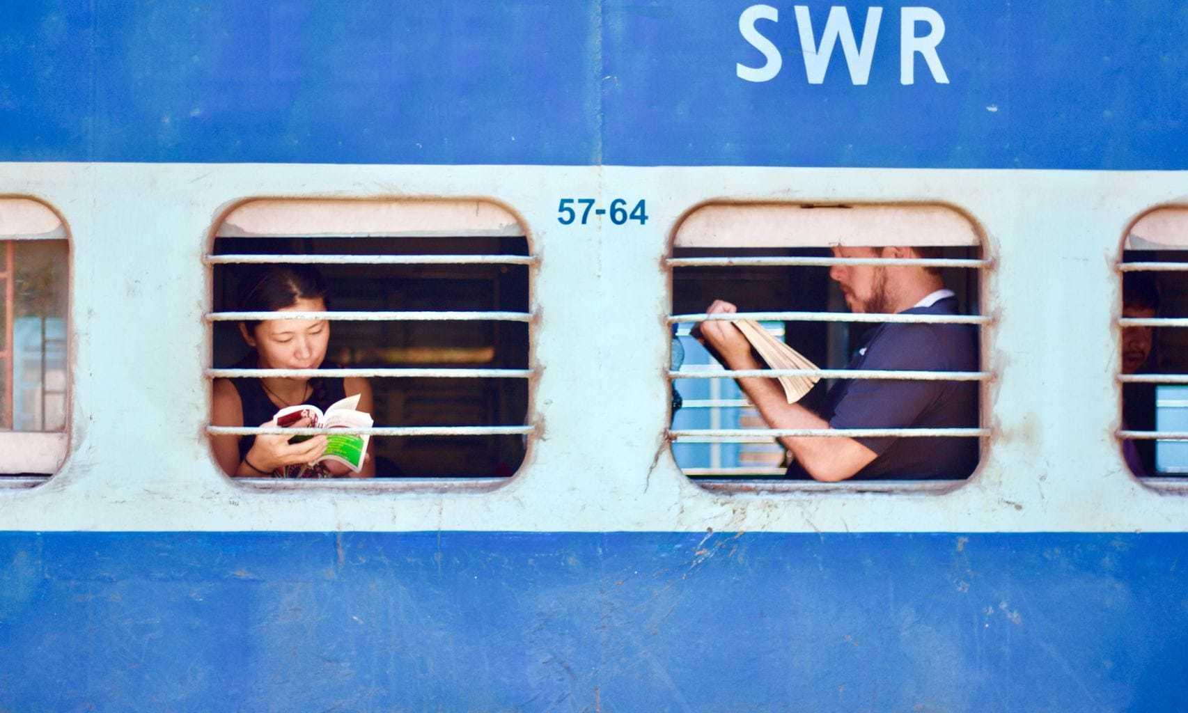 fotografía de personasl leyendo en un tren