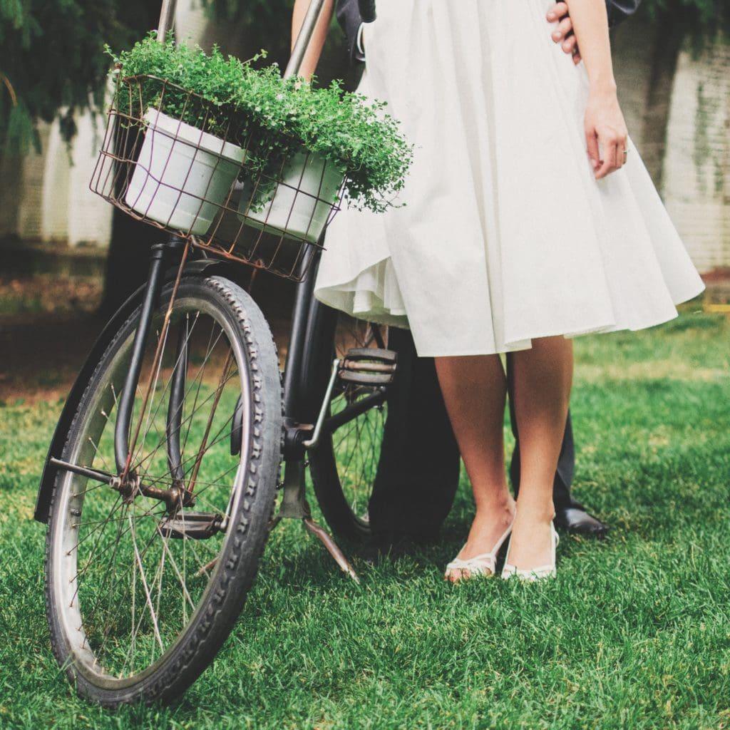 Chica con bicicleta recortada por la cinutra