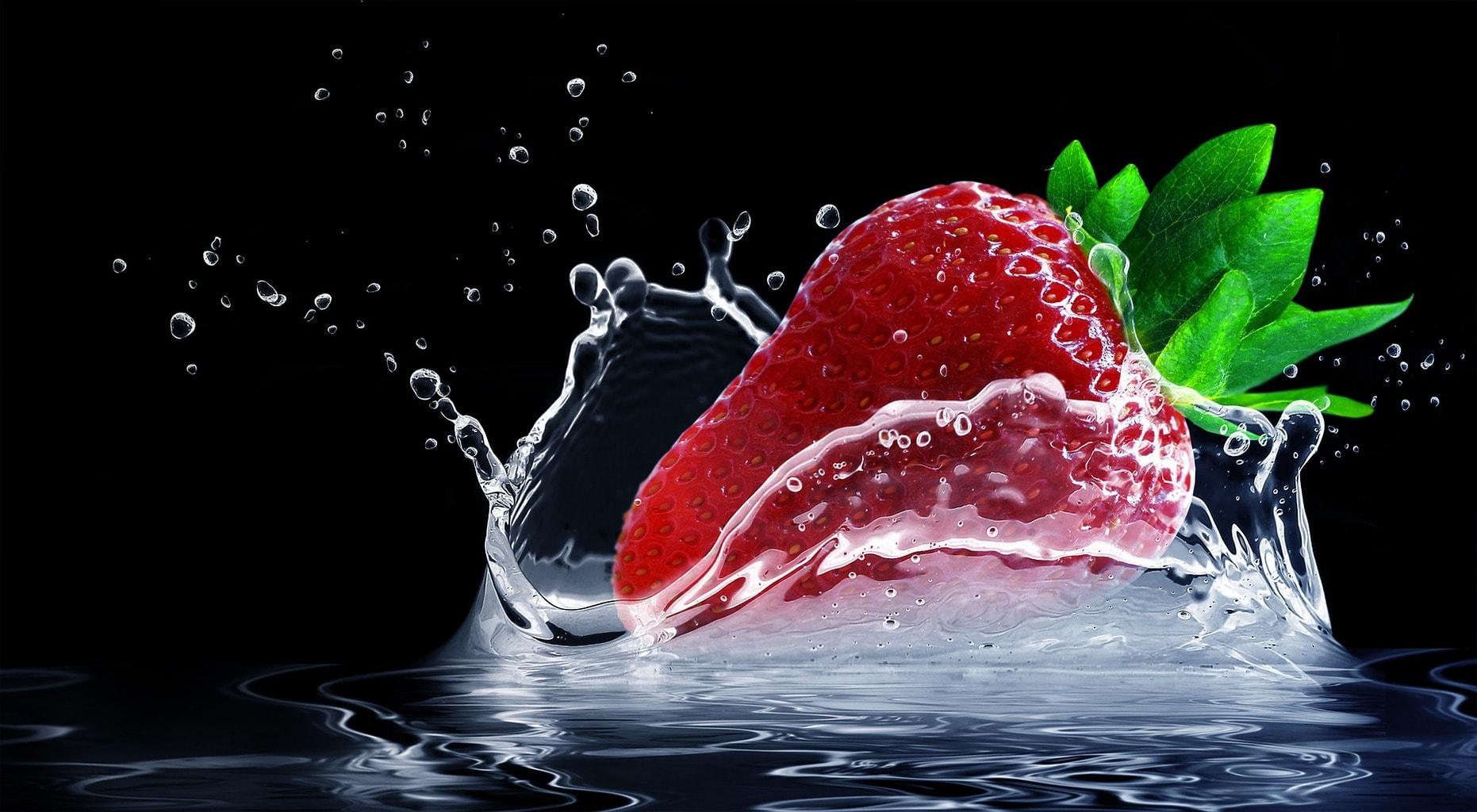 fotografía de una fresa con fondo negro