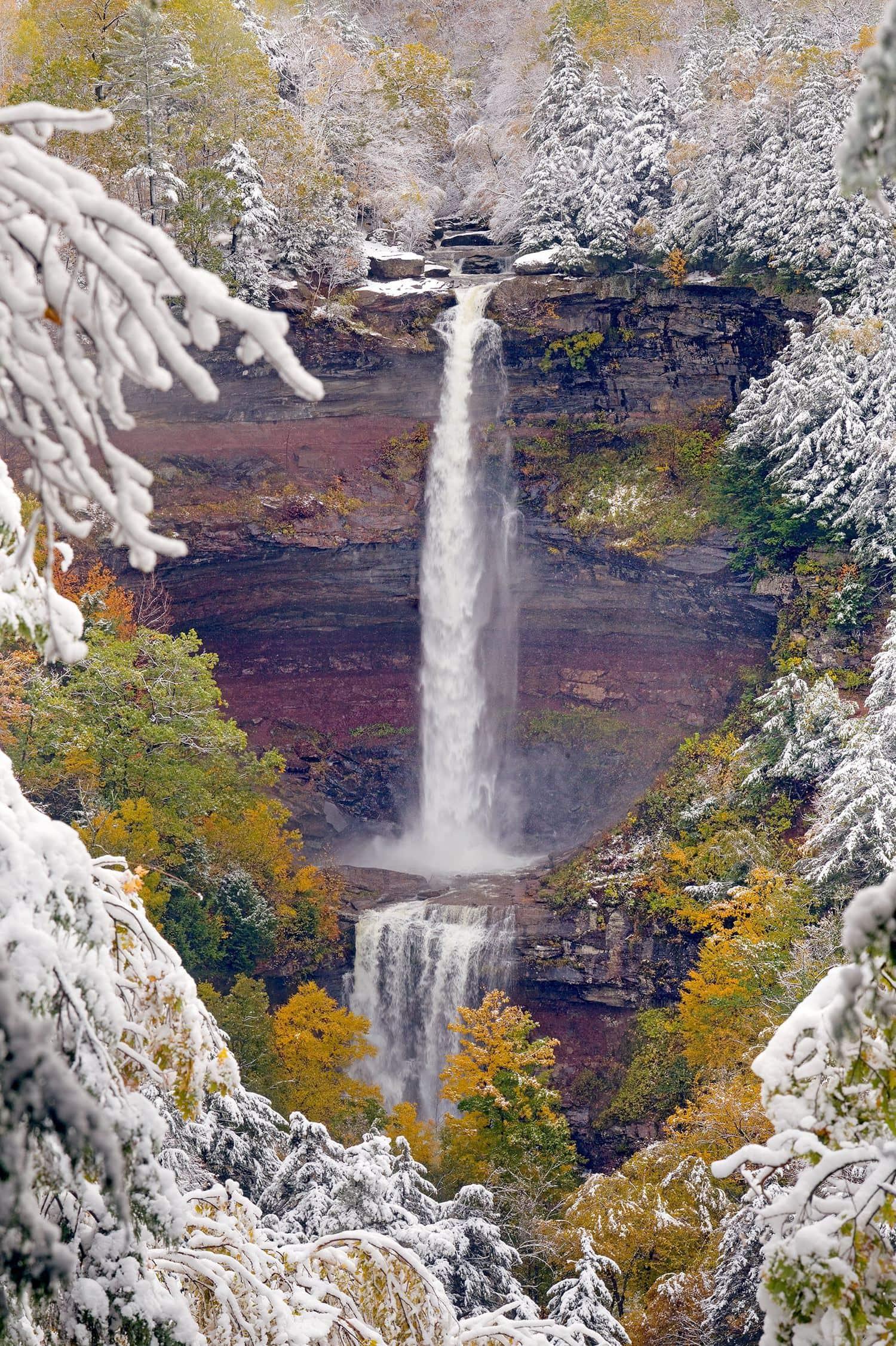 paisaje de cascada nevado
