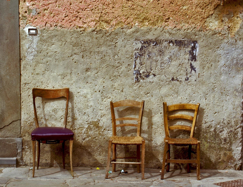 Fotografía de tres sillas