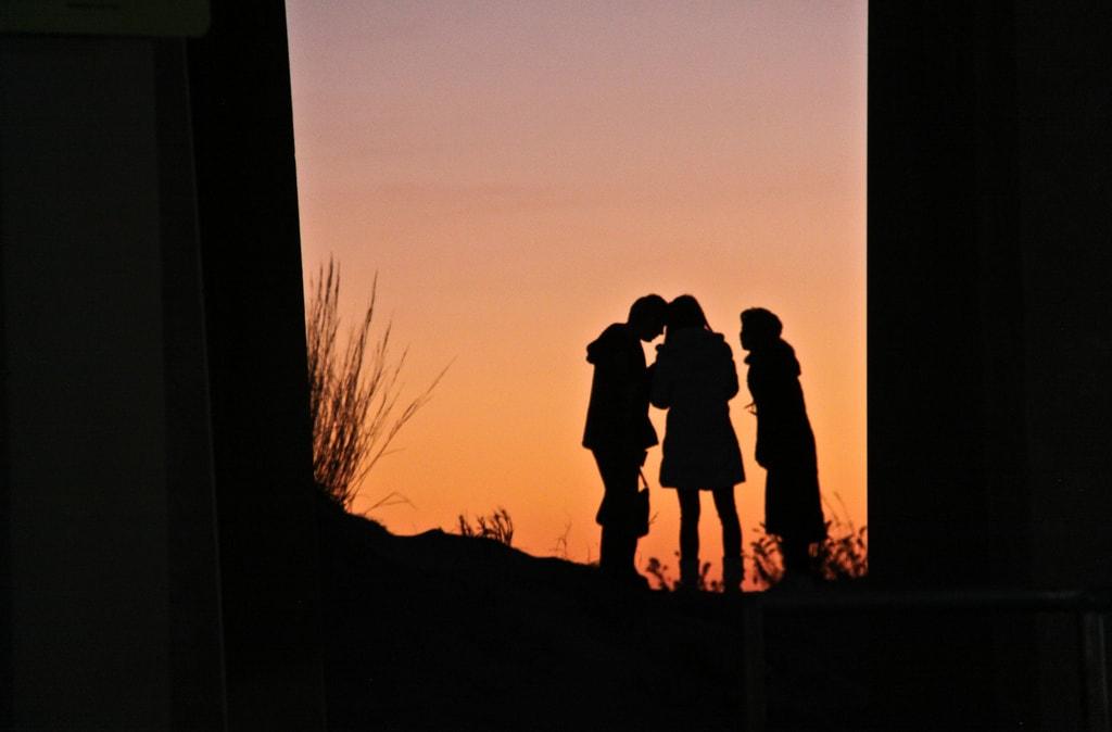 Fotografía de tres siluetas de niños
