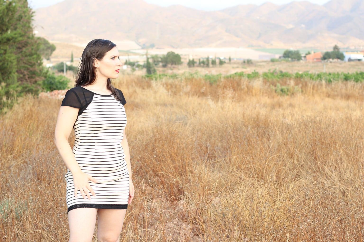 fotografía paisaje de una mujer en el campo