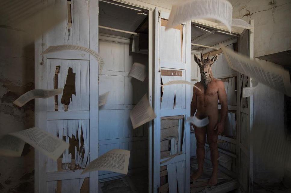fotografía hombre con cabeza de cabra