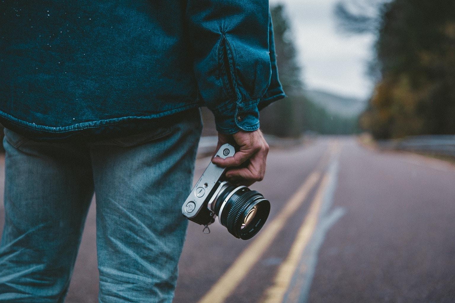 hombre en carretera con cámara