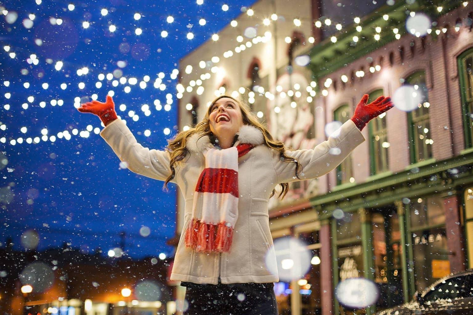 fotografía navideña de una chica feliz