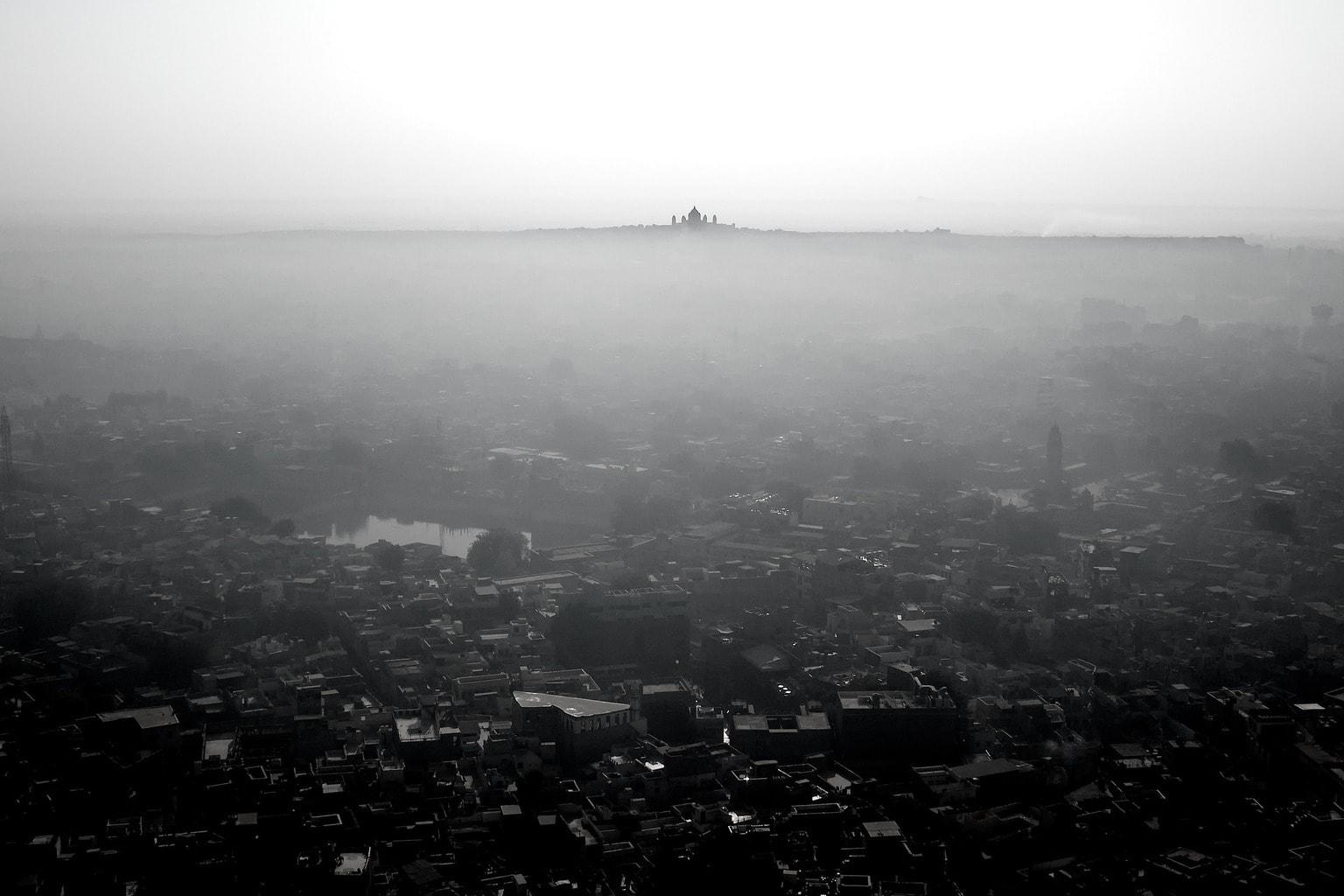 fotografía paisaje ciudad y niebla