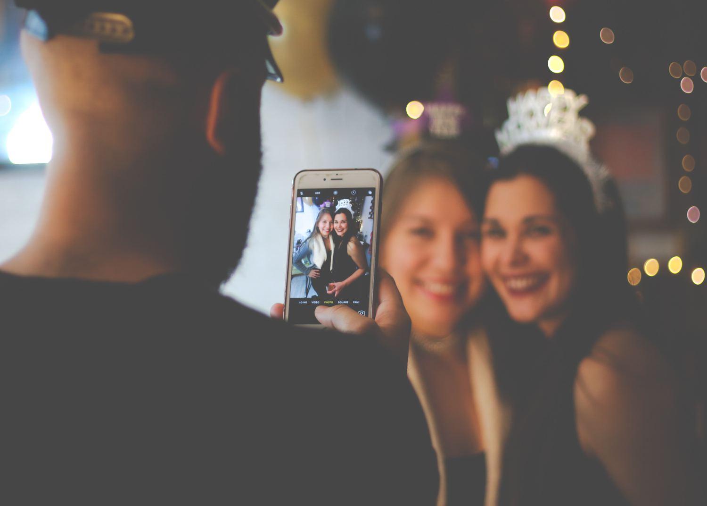 fotografía fin de año dos amigas fotografiadas con el móvil