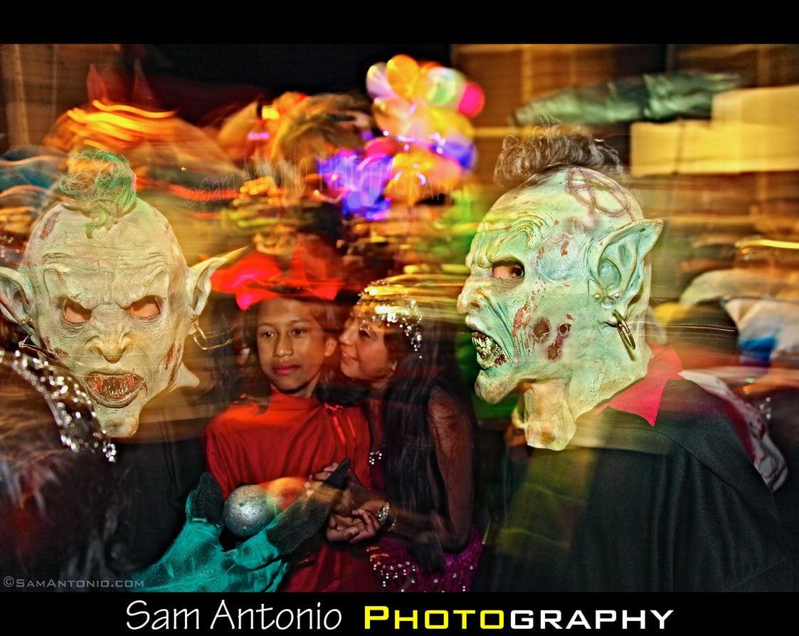 fotografía hombres con máscaras terroríficas