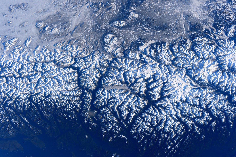 fotgrafía aérea de montañas con nieve