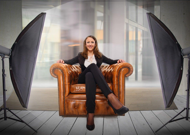 Fotografía mujer formal en sillón