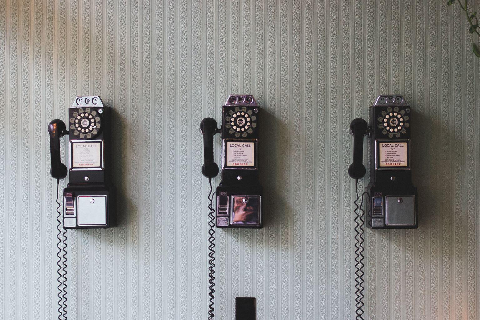 fotografía de tres teléfonos