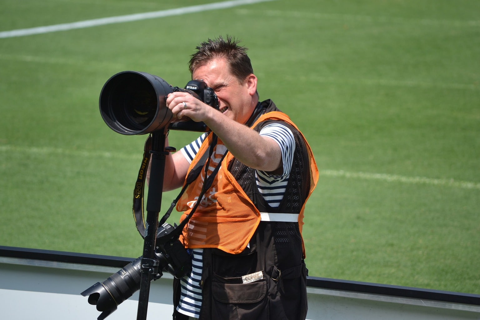 fotógrafo con objetivo zoom