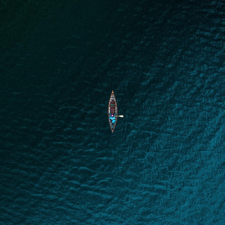 fotografía aérea un bote en el mar