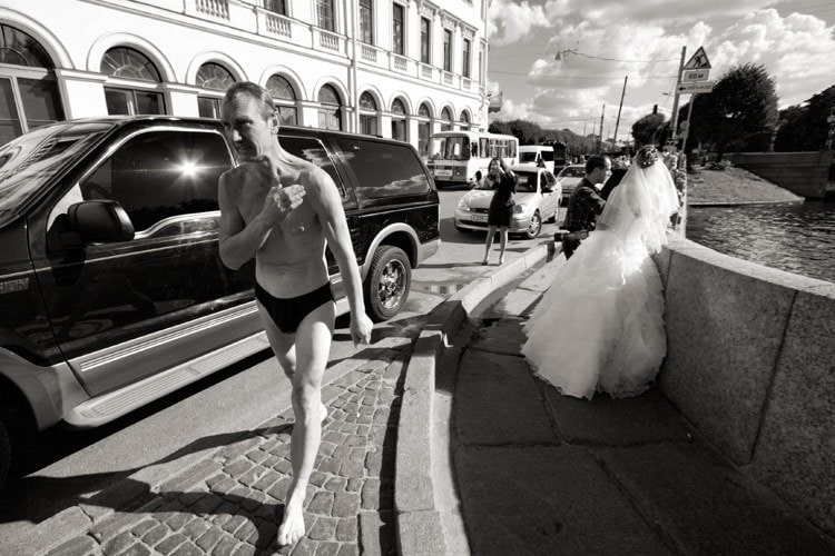 fotografía callejera de una boda
